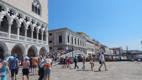 FOTKA - tisíce turistů