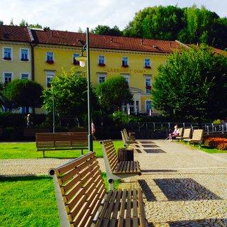 FOTKA - Pohled z kolonády na lázeňský dum
