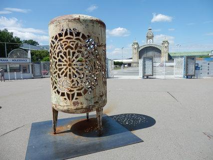 FOTKA - typická plastika Čestmíra Sušky, tentokrát u Výstaviště (letní sochařský festival v ulicích Prahy)