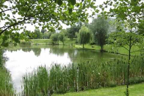 FOTKA - Centrální park ve Kbelích -   s rybníčkem mezi obytnými domy