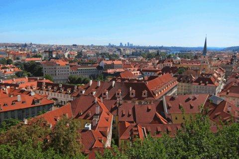 FOTKA - Z procházky - Zahrada Na Valech: a výhled přes střechy