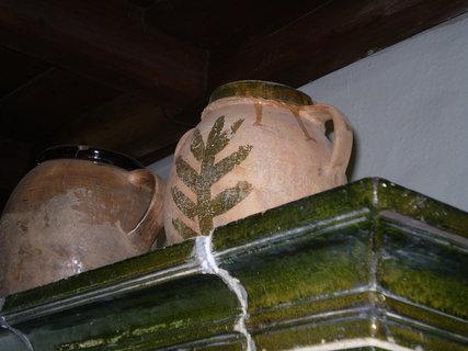 FOTKA - Keramické nádoby vystavené na kachlovckách