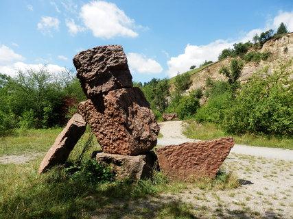 FOTKA - Soubor plastik Kurta Gebauera z místního červeného, bílého a šedého mramoru v Červeném lomu v Dalejském údolí v Praze