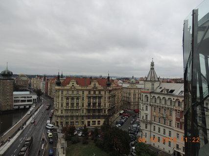 FOTKA - Pohled z terasy Tančícího domu, na spoustu pražských věžiček
