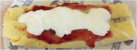 FOTKA - svačina, palačinky s marmeládou a jogurtem
