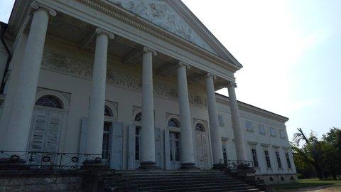 FOTKA - odvrácená strana zámku