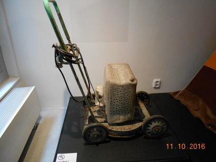 FOTKA - Po domácku vyrobená sekačka na trávu