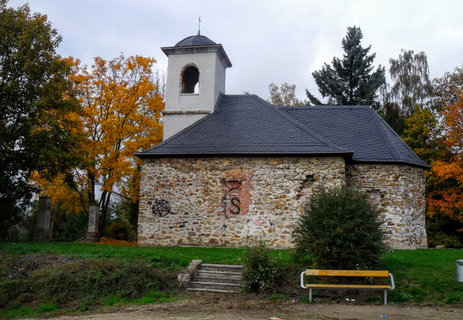 FOTKA - Před kostelem lavička