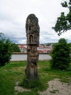 FOTKA - Vyřezávaný dřevěný sloup v Třebíči