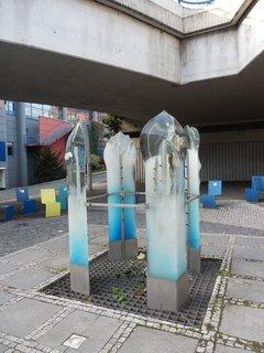 FOTKA - plastika Čtyři roční období od Blanky Adensamové je ukryta pod mostem mezi Strahovským tunelem a tunelem Mrázovka vedle parkoviště autobusů