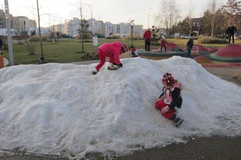 FOTKA - Kupička dovezeného sněhu -To je radosti pro pražské děti