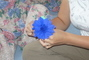 Péťa vyrábí kytky z krepáku na dětský den