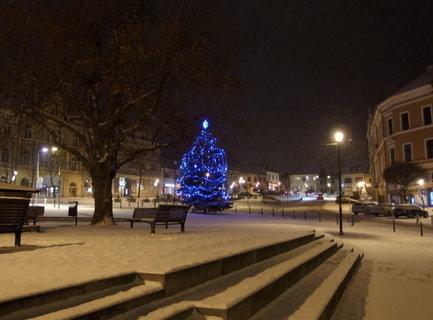 FOTKA - Náměstí s rozsvíceným vánočním stromem
