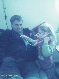 FOTKA - Anetka vyšetřuje tatínka :-D