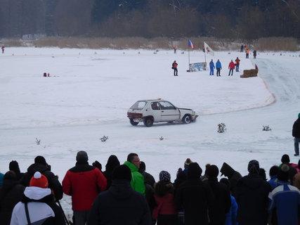 FOTKA - Upravené auto s pluhem na úpravu dráhy