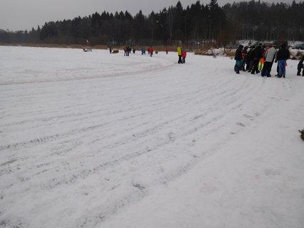 FOTKA - Po závodech led vypadá jako zorané pole