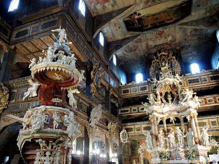 FOTKA - Swidnica- kazatelna a oltář kostela Míru, který je postaven do kříže
