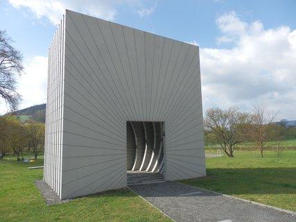 FOTKA - Brána času - moderní skulptura od architektky Markéty Veselé. Uvnitř jsou na 11 žebrech uvedena data významných událostí v historii Moravské Třebové