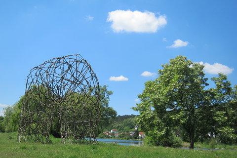 FOTKA - Piknikové místo u modelu rozhledny na břehu Kyjského rybníka