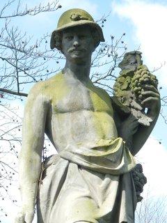 FOTKA - klasicistní socha sběrače hroznů