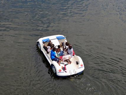 FOTKA - výletníci na vodním šlapadle na Pastvinách
