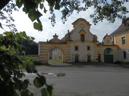 FOTKA - na návsi v obci Vidim na Kokořínsku