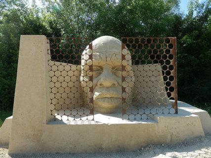 FOTKA - Nekonečná cesta ke svobodě (letošní sochy z písku v Lednici jsou na téma Afrika)