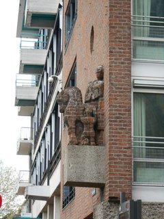 FOTKA - kůň vystupující z fasády