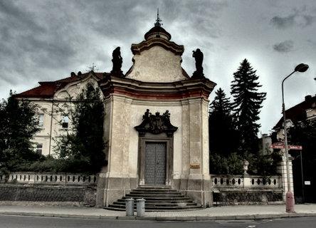 FOTKA - Kaple sv.Viléma, v pozadí nemocnice