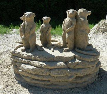 FOTKA - surikaty, sochy z písku, v létě  v Lednici