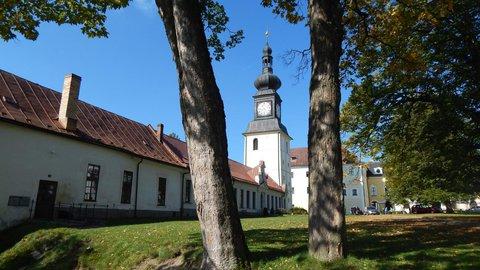 FOTKA - zvonice s budovou školy