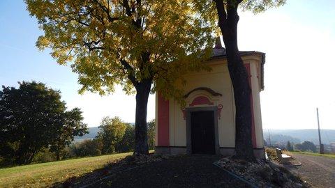 FOTKA - kaplička v objetí dvou stromových velikánů