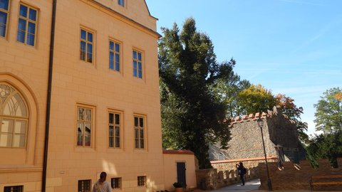 FOTKA - po návštěvě výstavy panenek vyrážíme na procházku kolem zámku