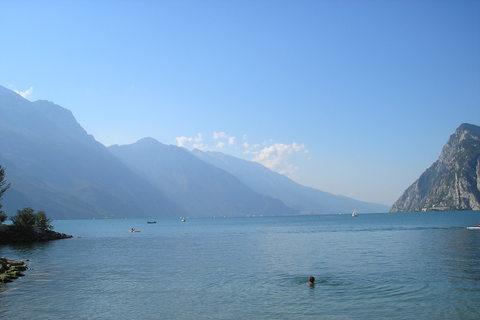 FOTKA - Sama v jezeru..