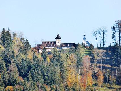 FOTKA - z okna pokoje fotil manžel Křížový vrch - hotel + kaple