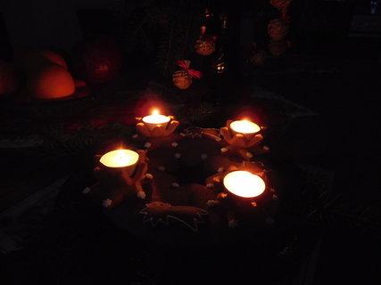 FOTKA - Svícen se zapálenými svíčkami