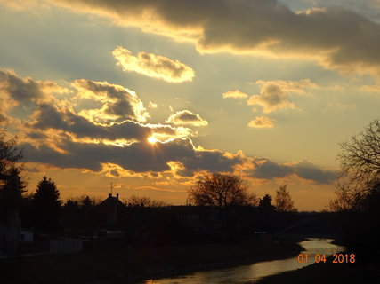 FOTKA - Zapadající slunce nad řekou