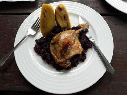 FOTKA - Konfitované kachní stehno na česneku a tymiánu s červeným zelím a bramborová roládka s restovanou cibulkou