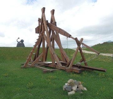 FOTKA - Obléhací prostředky a stroje raného středověku jsou zajímavým doplňkem chebského hradu