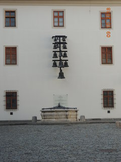 FOTKA - Hrad Špilberk - druhé nádvoří - zvonkohra a studna