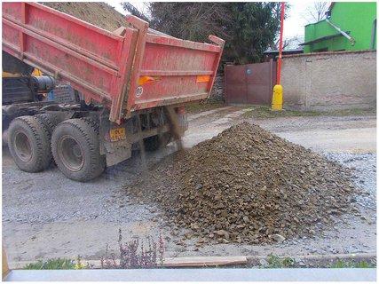 FOTKA - Kanalizace, hlína s kamením na zasypání výkopů