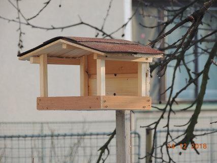 FOTKA - Ptáčci dostali nové krmítko