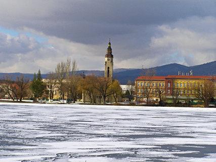 FOTKA - Zamrzlý rybník Barbora a duchcovský kostel