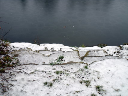 FOTKA - zamrzlé schody k vodě, nevstupovat!