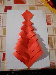 FOTKA - Děti vyráběli stromečky z papíru