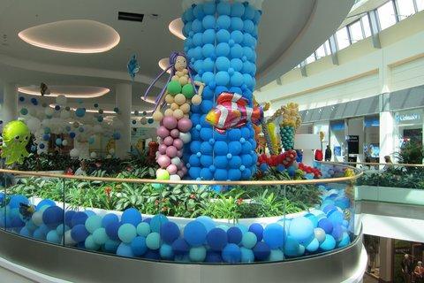 FOTKA - Kavička mezi pestrobarevými balónky možná
