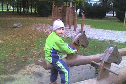FOTKA - Dominik - v parku na houpačce