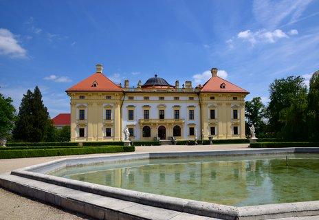 FOTKA - Slavkovský zámek patří k nejstarším dochovaným panským sídlům na Moravě. K zámku patří i rozsáhlý zámecký park s několika bazény a sochařskou výzdobou Giovanni Giulianiho.