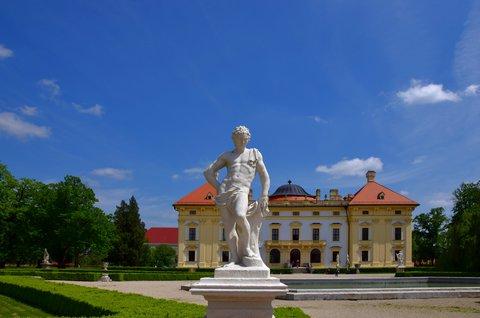 FOTKA - Bohatá sochařská výzdoba je dílem významného italského sochaře Giovanni Giulianiho.