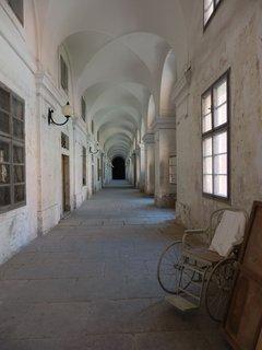 FOTKA - Invalidovna - Dlouhé klenuté chodby s místy oprýskanou výmalbou známe např. z Amadea (kněz přichází za Salierim do blázince) nebo ze seriálu Četníci z Luhačovic.